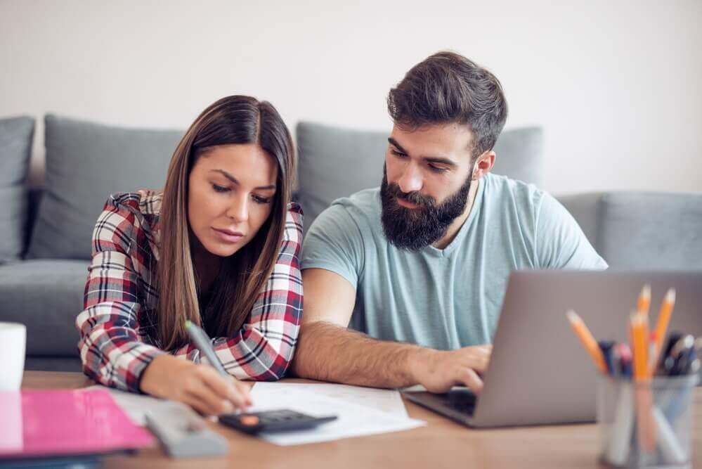 couple planning - Hábitos financeiros prejudiciais que você deve quebrar para se livrar da dívida